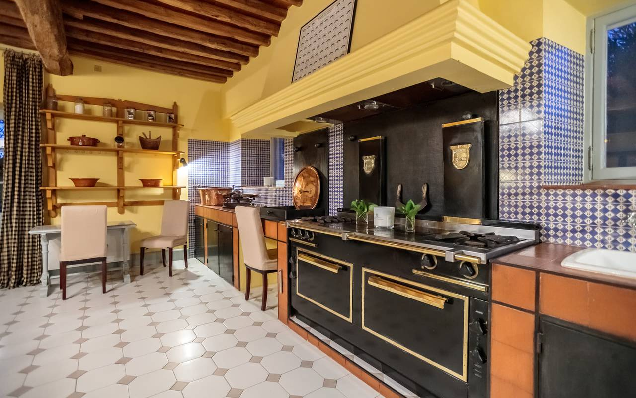 Vue sur les cuisines authentiques du Mas de Peint, hébergement insolite en Provence